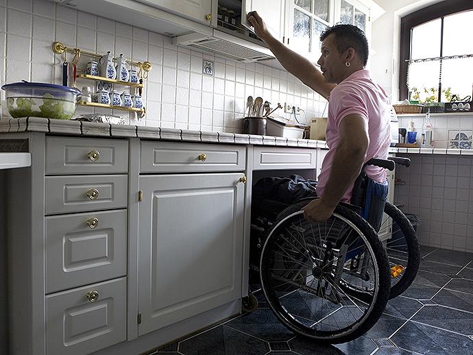 Placards rangements de cuisine s niors handicap s angers for Amenagement cuisine handicape